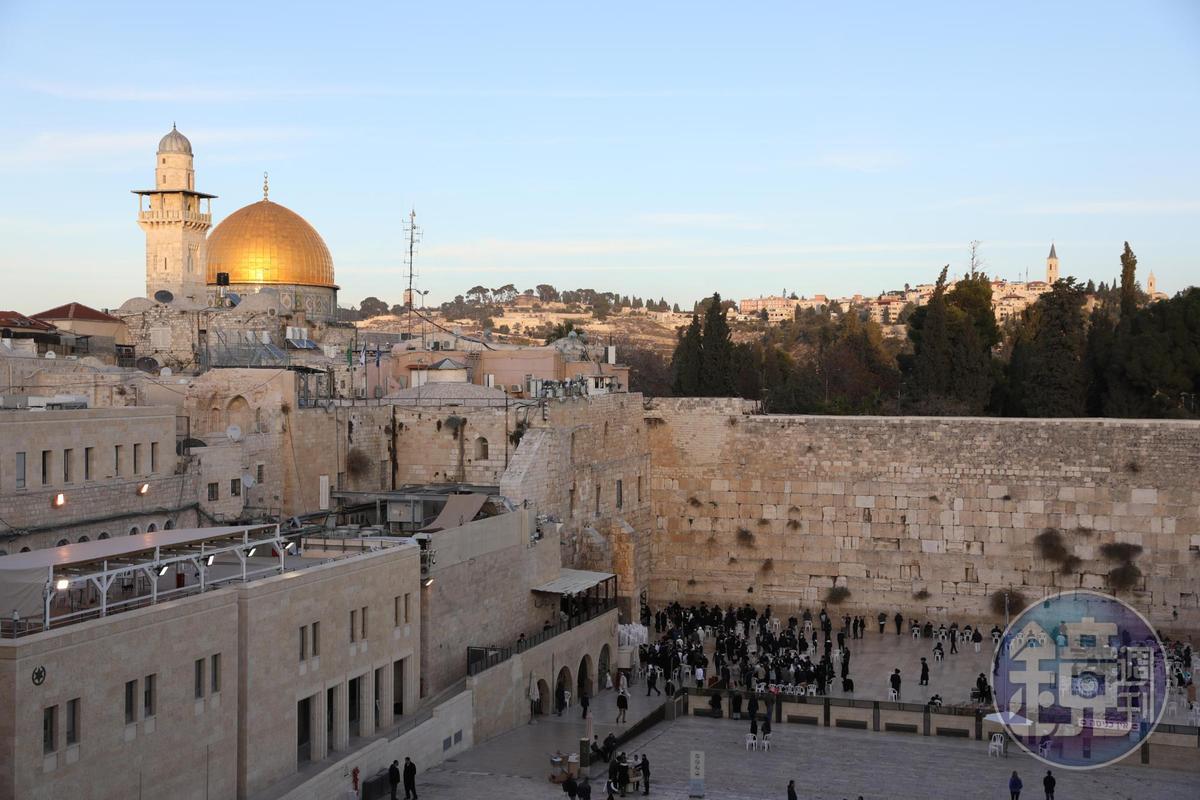 「哭牆」的歷史可溯至西元前19年,由大希律王始建,後來經過數次毀滅重建,阿拉伯人稱為「布拉克牆」,因為相傳聖人穆罕默德將神獸布拉克拴於牆內。