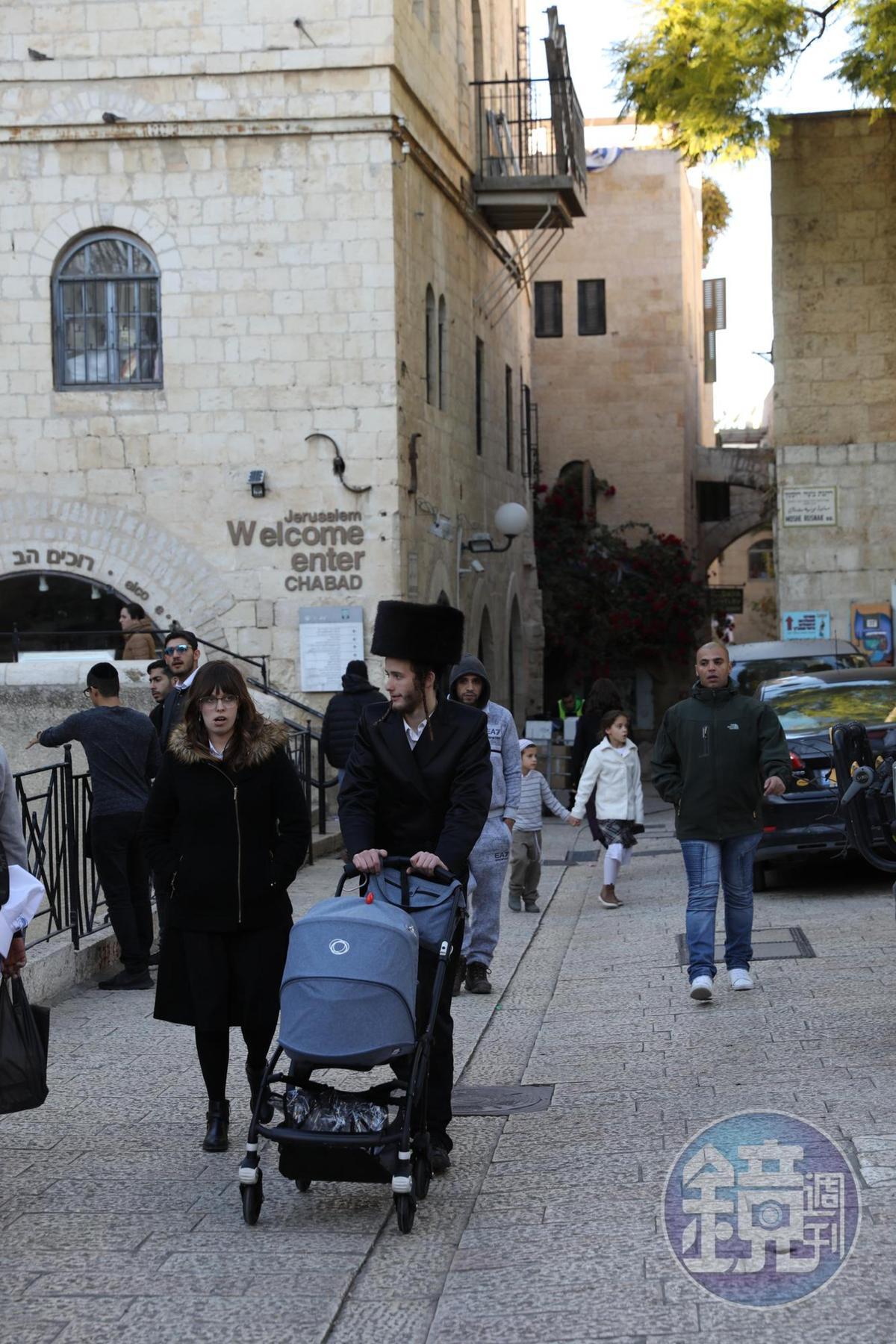 裝扮整齊的猶太人夫妻,在安息日推著嬰兒車出門。