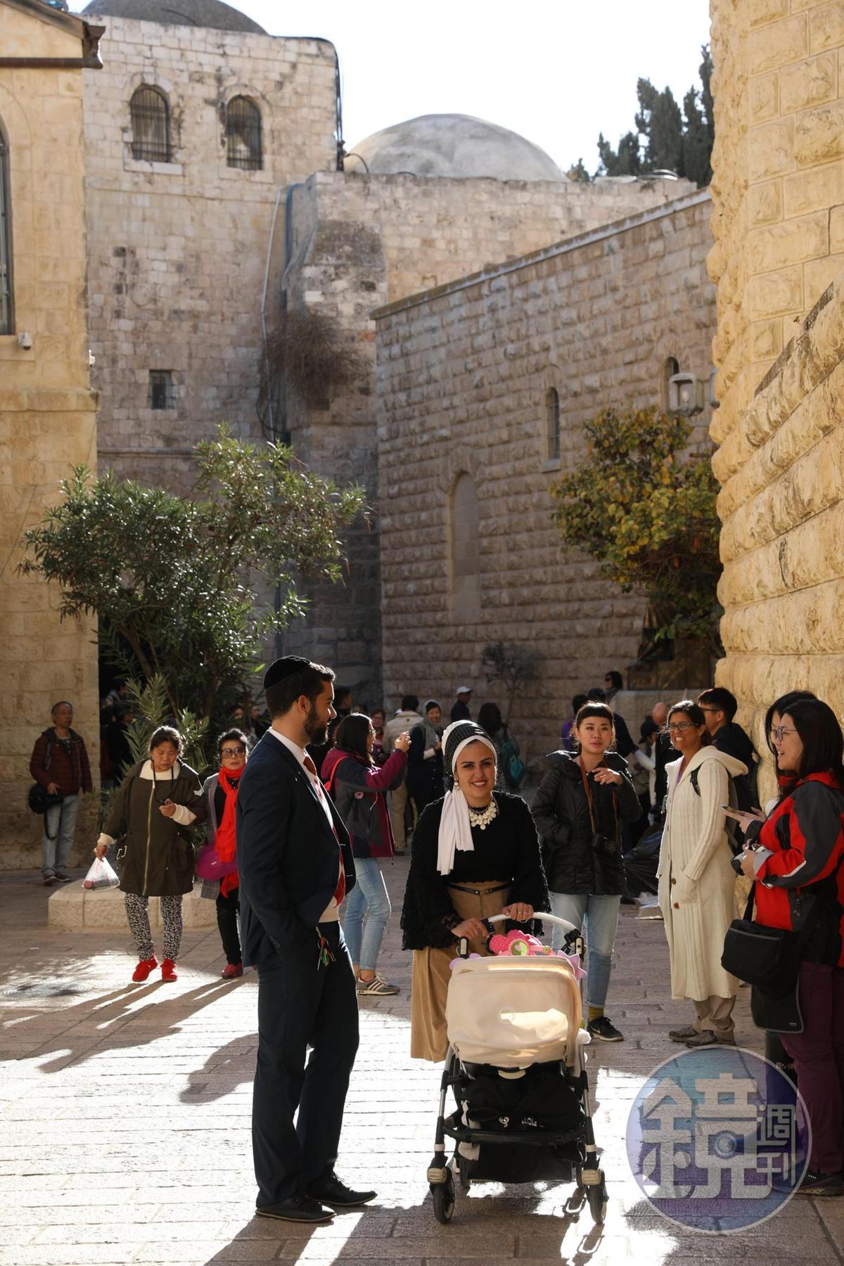 安息日的耶路撒冷街頭,常見一起出門同遊的小夫妻。