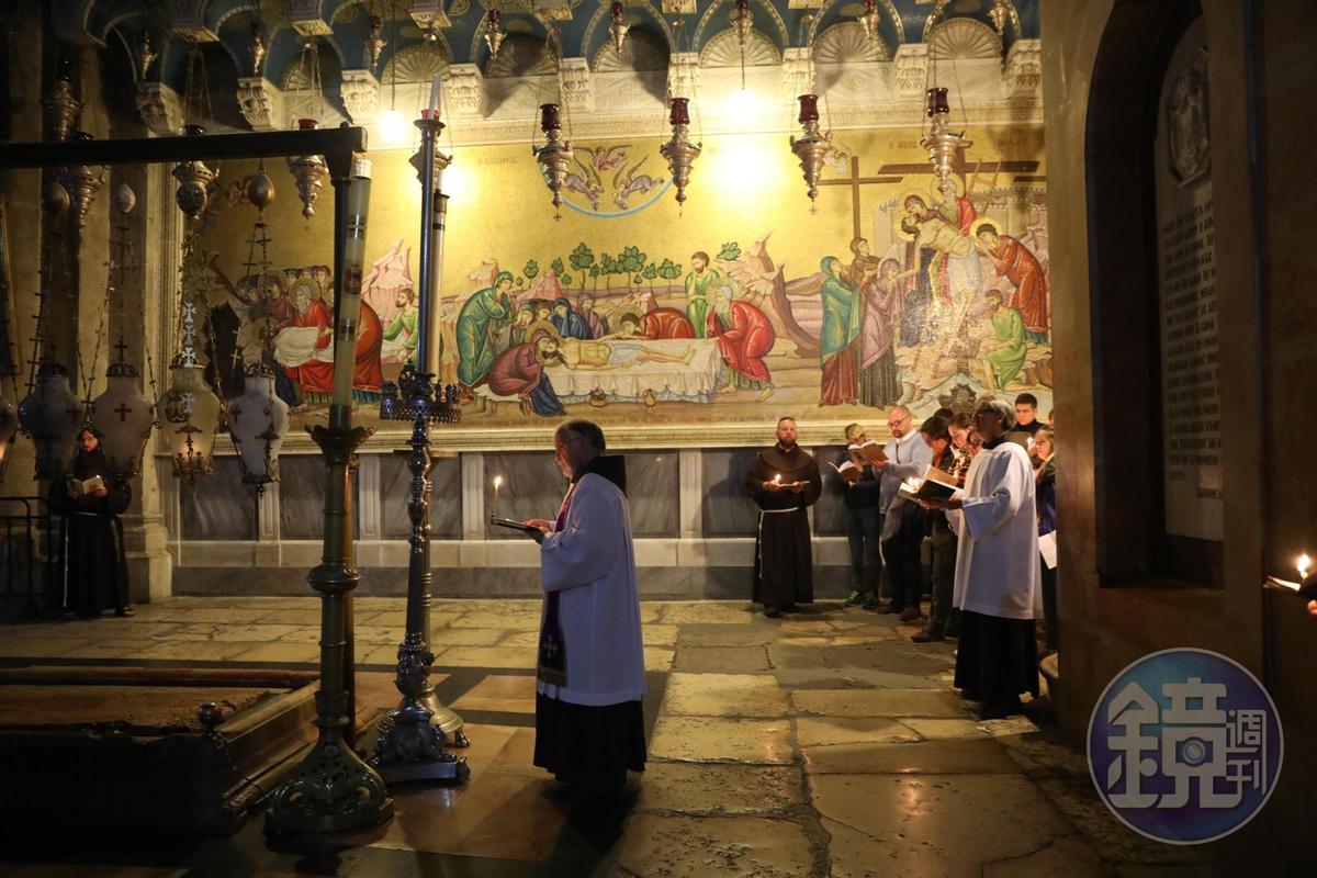 耶穌被釘上十字架的地方,現在是「聖墓教堂」所在,由羅馬天主教、希臘東正教、亞美尼亞派、哥普特派、敘利亞派和阿比西尼亞派共管。