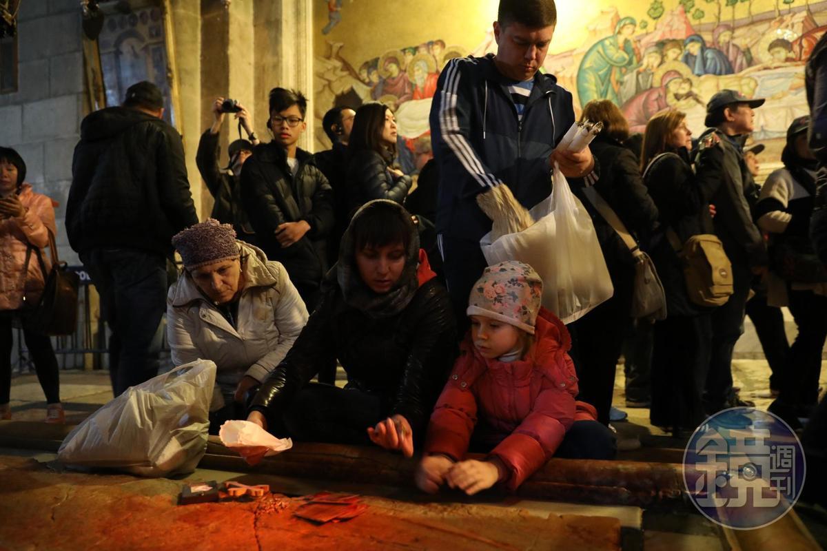 信徒們扶老攜幼來聖墓教堂參拜。