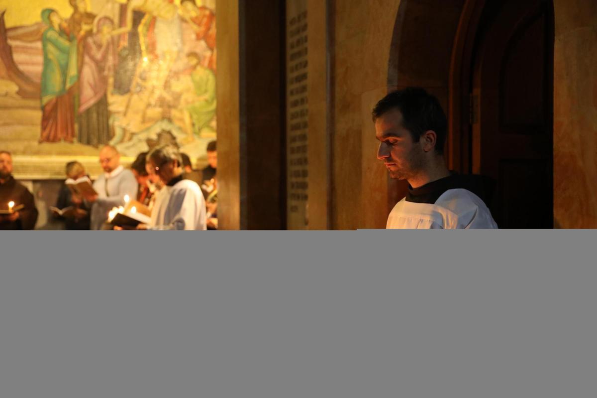 教士們虔誠禱告。
