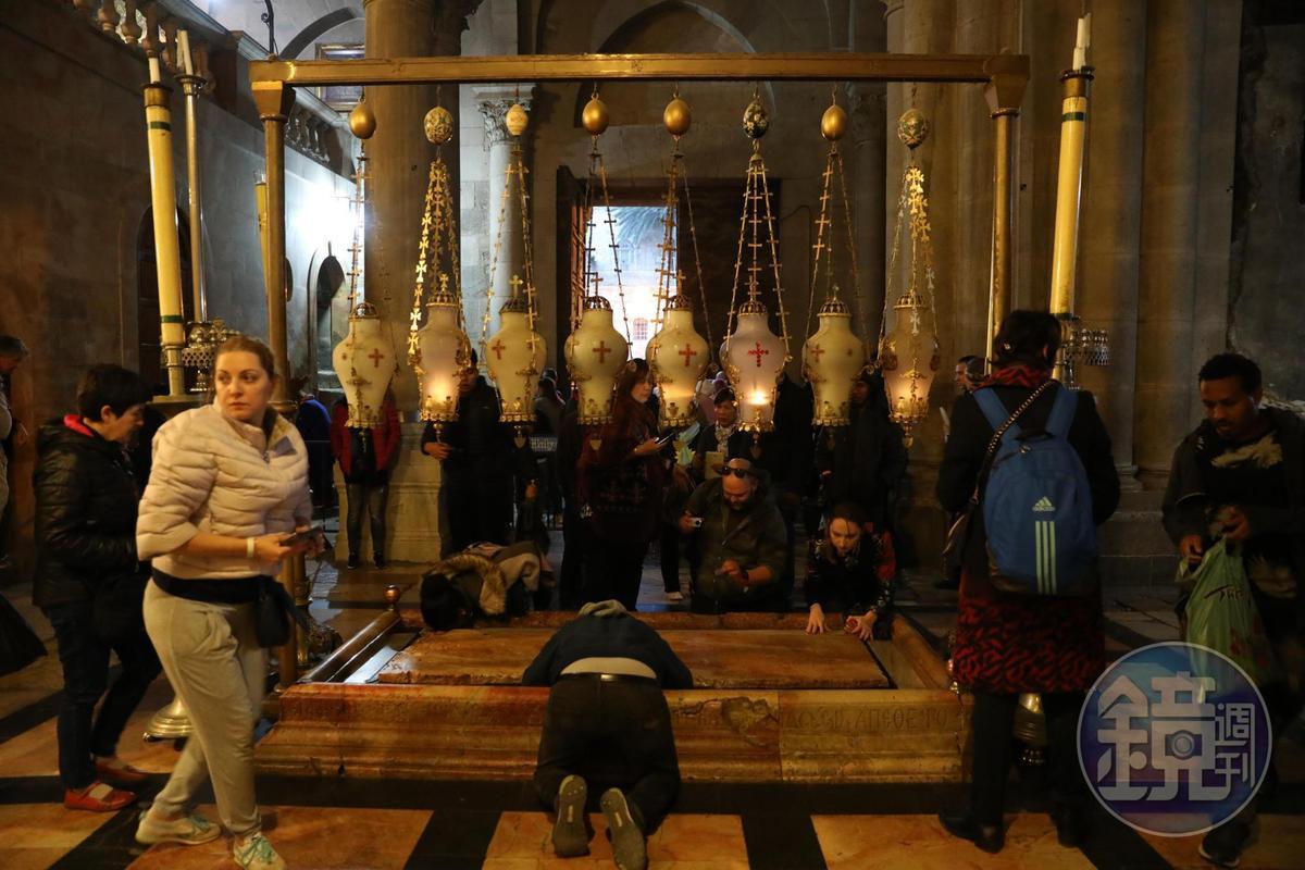 聖墓教堂中的「膏禮之石」,據說是耶穌身體從十字架取下時放的位置,許多教徒前來親吻跪拜。