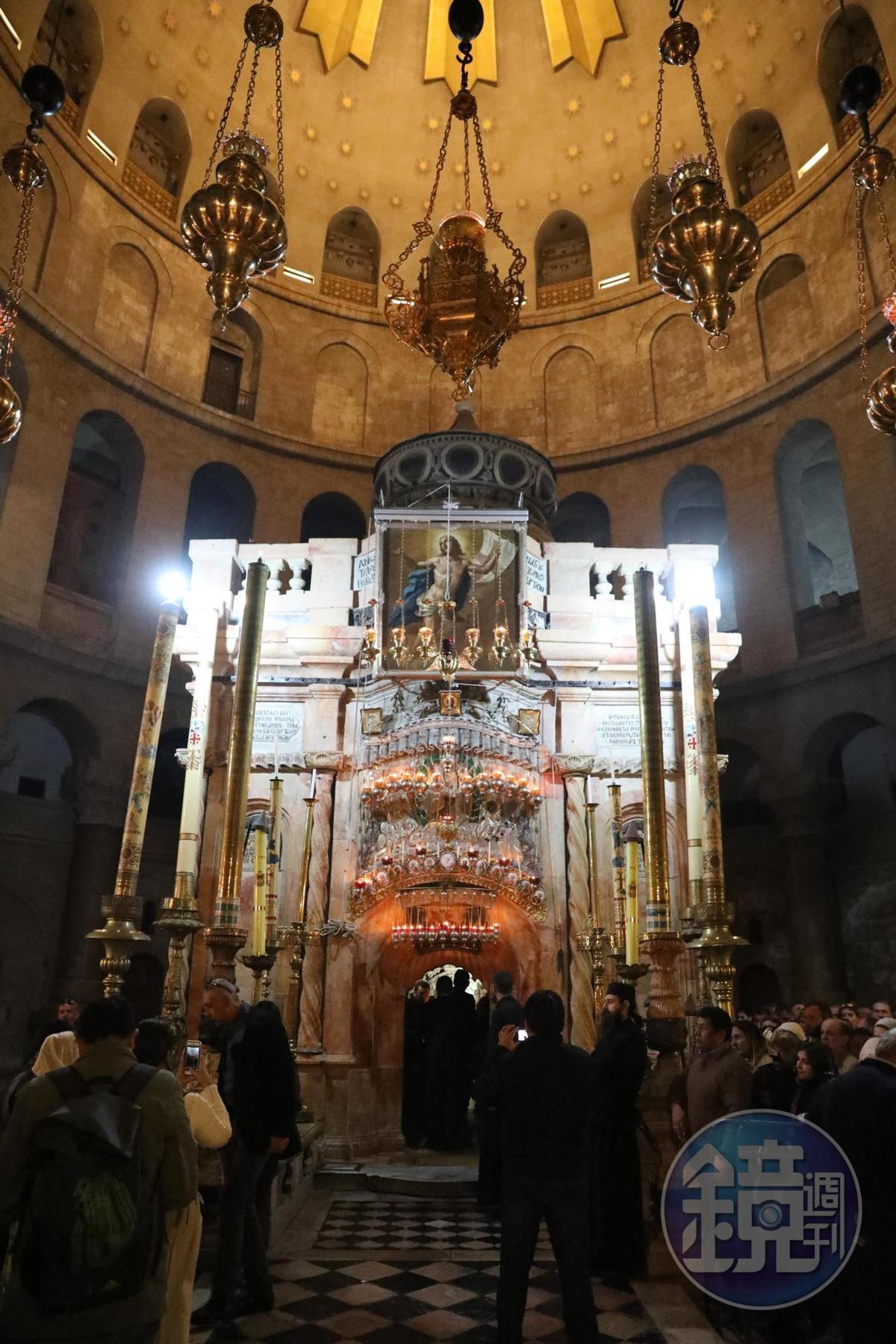 聖墓教堂中屬於希臘正教的「十字架小教堂」小小空間中塞滿金銀兩色,中間是掛在十字架上的耶穌像,需排隊才能進入膜拜。
