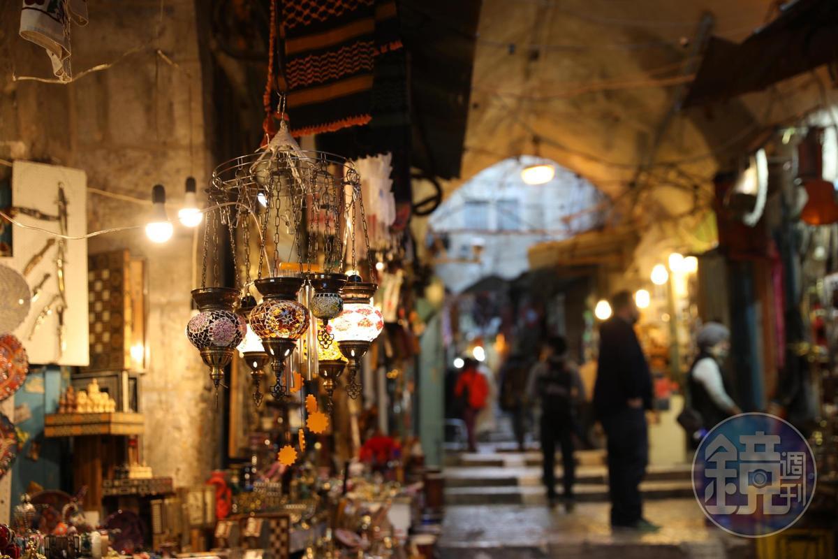 繽紛色彩自然區隔了阿拉伯與猶太人生活的區域。
