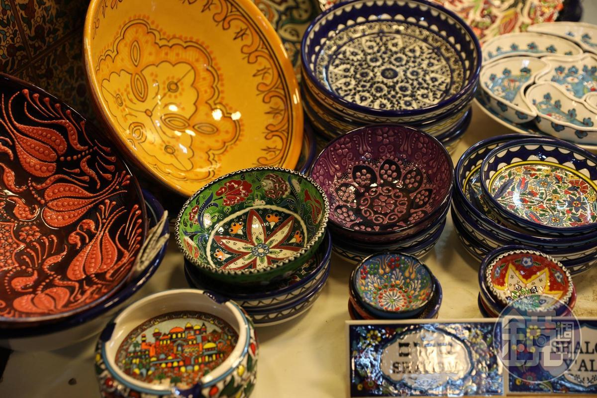 五顏六色的彩繪餐具,叫人愛不釋手。
