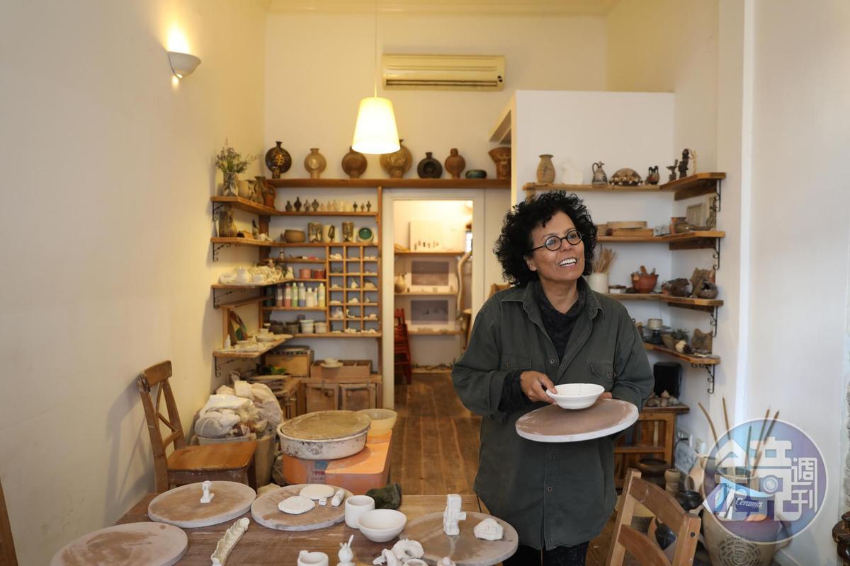 偶遇的陶藝家Liza Wald秀出自己的作品,邊與我們閒話家常。
