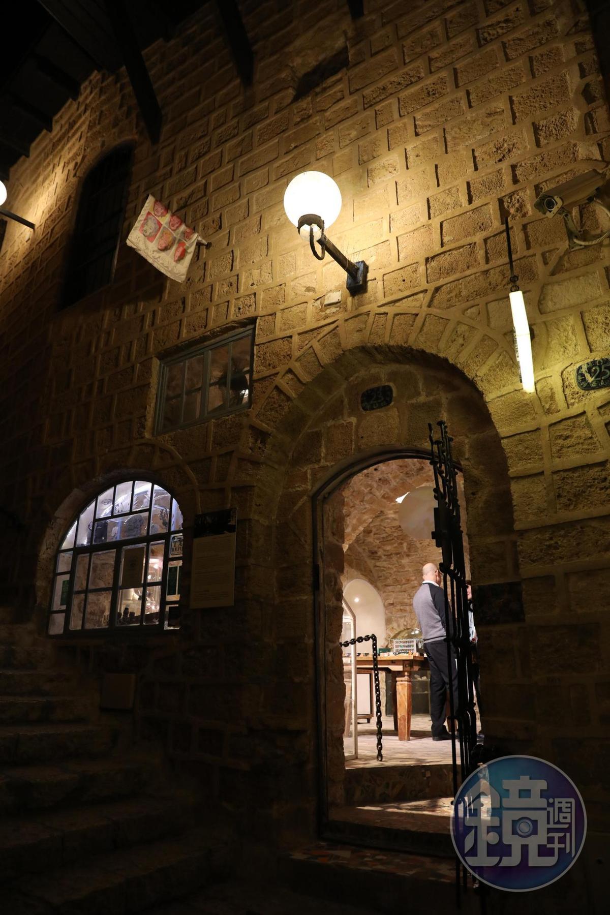 開在石洞裡的首飾店,是雅法老城特有的景觀。
