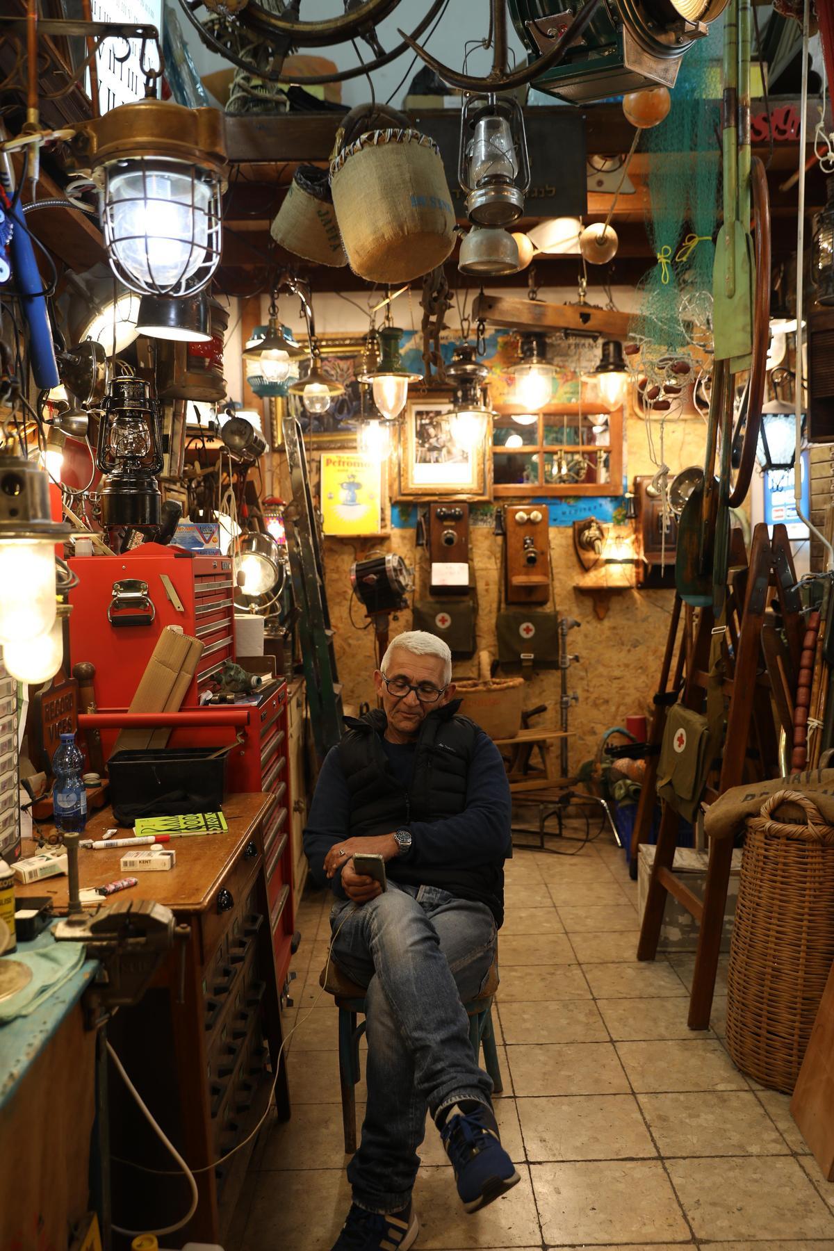 在雅法老城市集遇見舊貨店,店主並不主動推銷,彷彿在坐等識貨者上門。