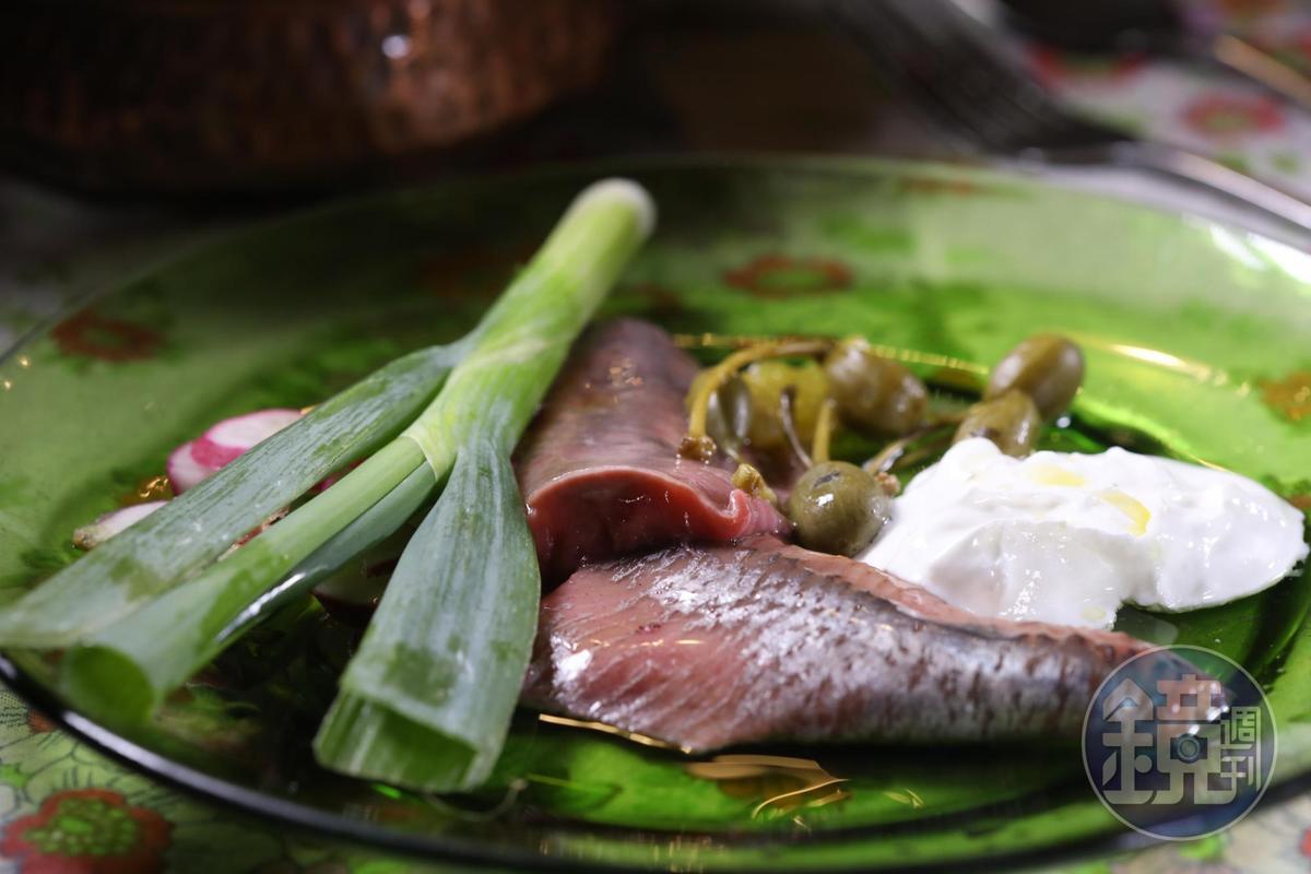 Puaa的「醃漬鯡魚」有種濃郁的脂肪甘味,鹹鮮迷人,可惜不是人人都能接受。(120新謝克爾套餐菜色,約NT$1,028)