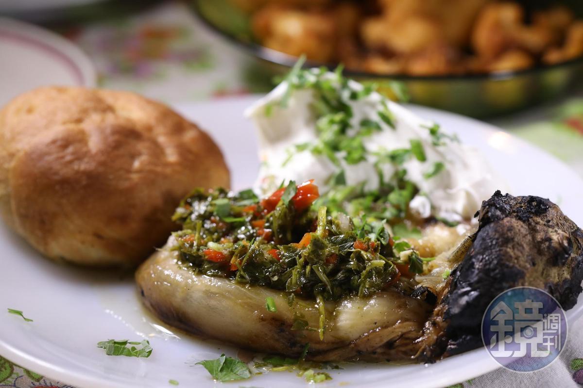 茄子烤過放涼去皮,再淋上帶酸醬汁,是經典以色列前菜。(120新謝克爾套餐菜色,約NT$1,028)