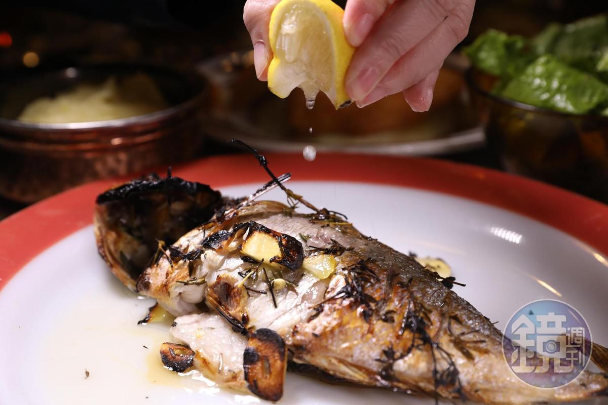 炭烤鮮魚的滋味也不錯。(120新謝克爾套餐菜色,約NT$1,028)