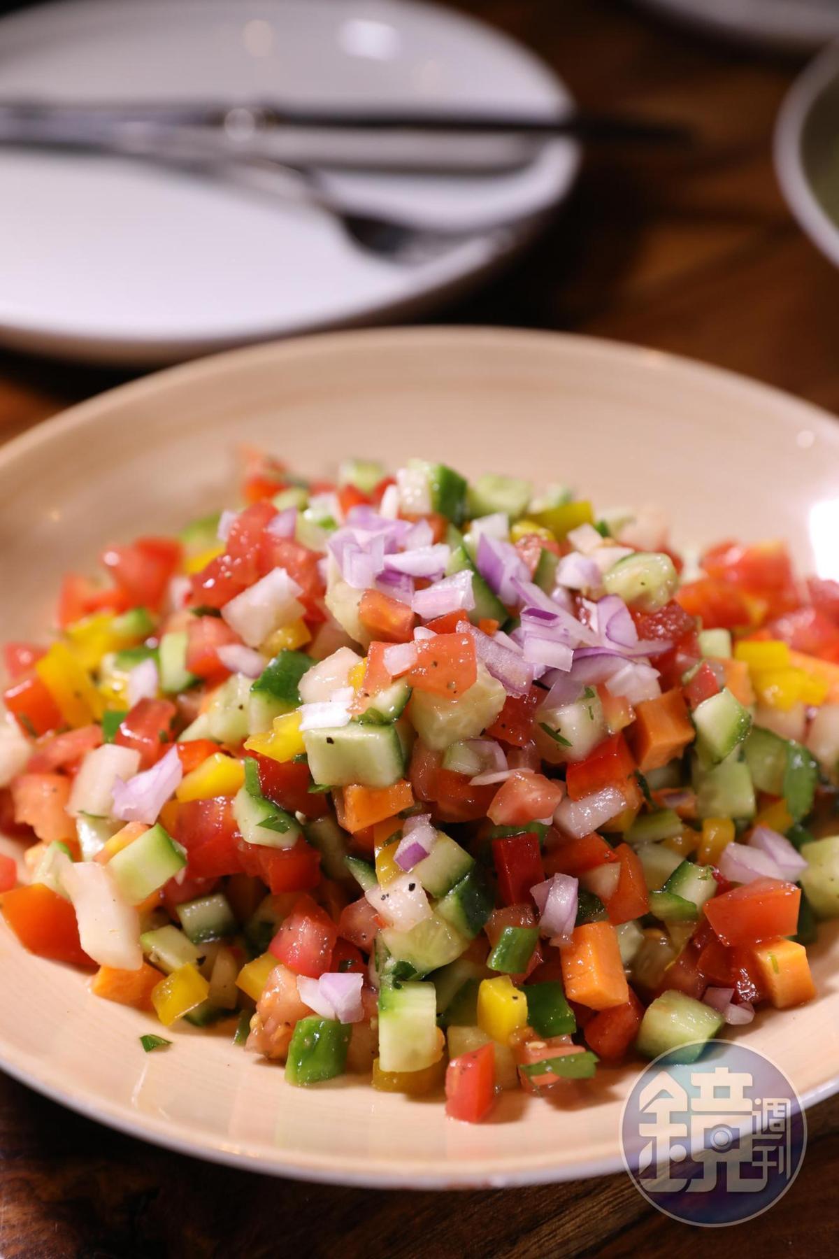 用數種蔬菜切丁拌成的沙拉,甜酸開胃。(39新謝克爾/份,約NT$332)