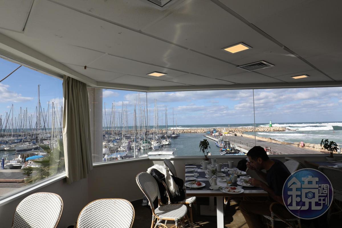 「Carlton Tel Aviv Hotel」的餐廳位在遊艇港邊,窗外就是無敵海景。