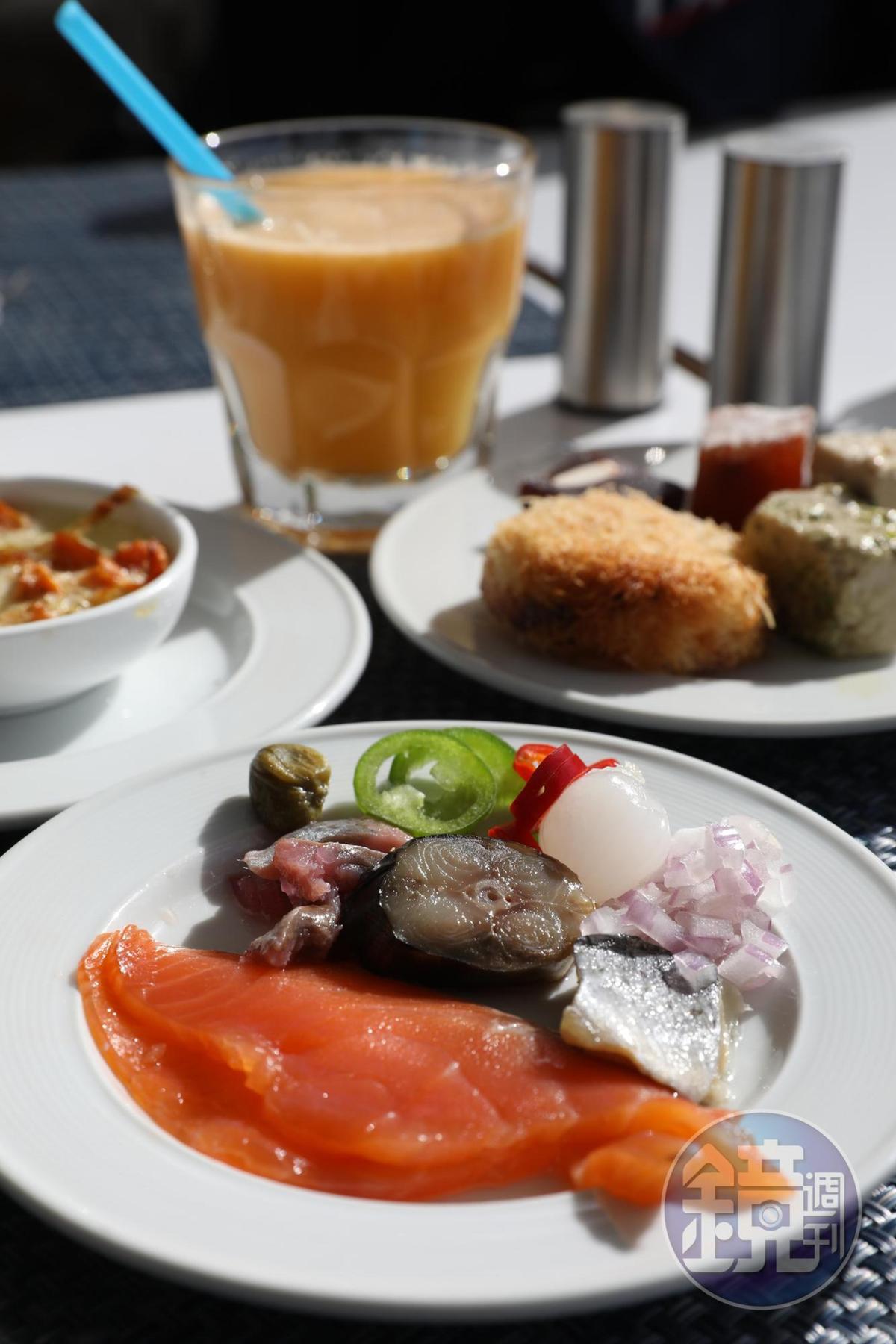 早餐非常多樣,當地人喜愛的醃漬魚類、中東風味特色甜點,應有盡有,在陽光映照下享用,很有異國感。