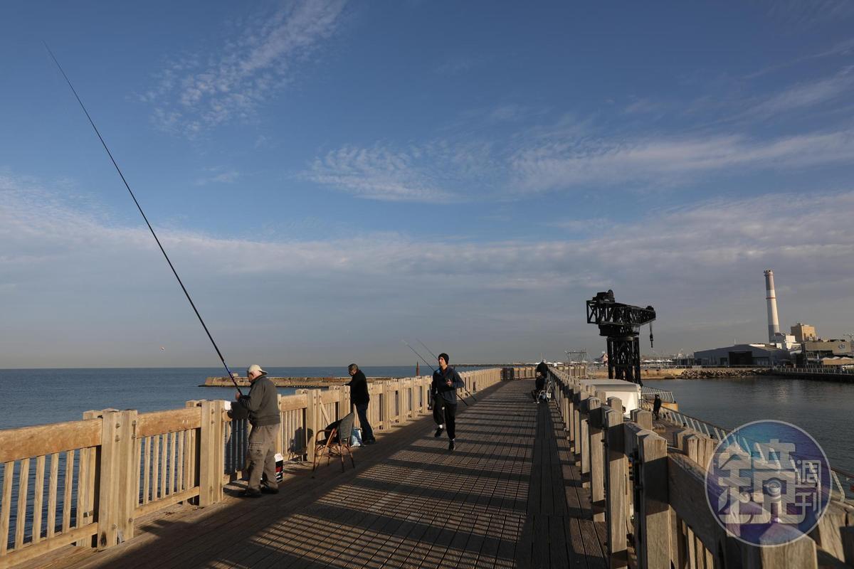 走路5分鐘,就可以到港口邊看人釣魚。