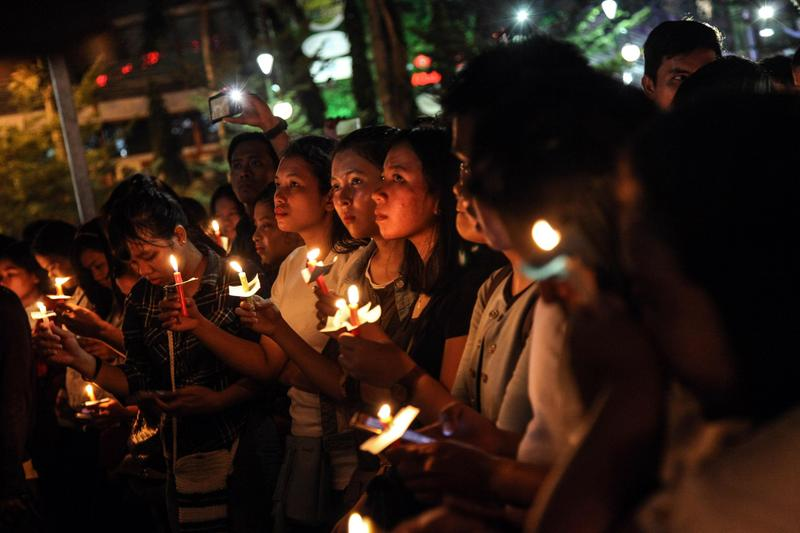 2018年5月13日,印尼棉蘭,民眾點蠟燭為泗水教堂連環自殺攻擊死難者祈禱。(東方IC)