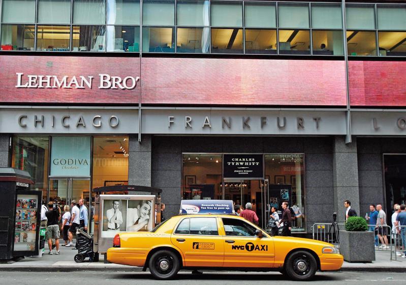 海嘯時雷曼兄弟倒閉,連動債讓投資人受傷慘重,如今連動債重出江湖,投資人最要關心的是發行銀行信用狀況。(東方IC)