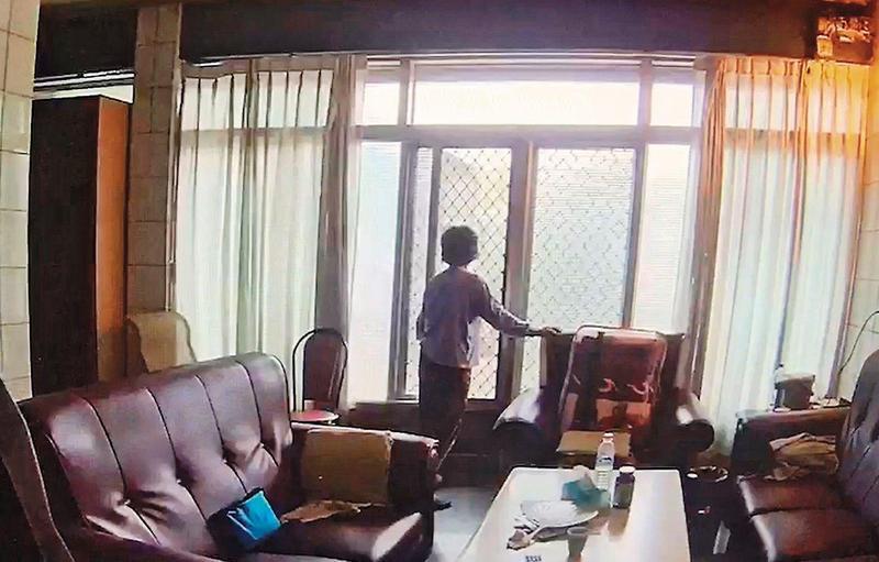 監視器拍到案發上午凶嫌外婆李胡木哖最後的身影,令人不勝唏噓。(翻攝畫面)