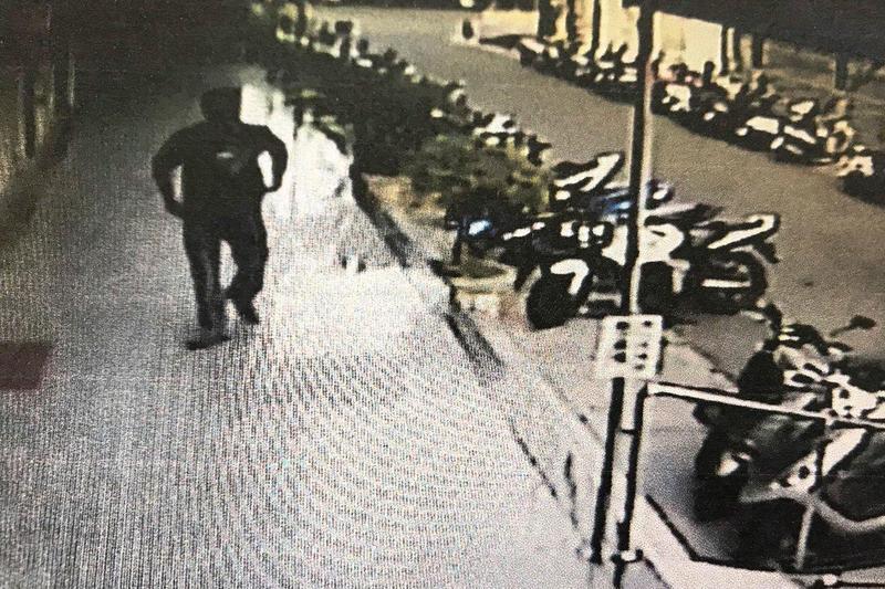 郭嫌殺害3位尊長後,若無其事返家將血衣丟在大樓公共垃圾箱裡。(翻攝畫面)