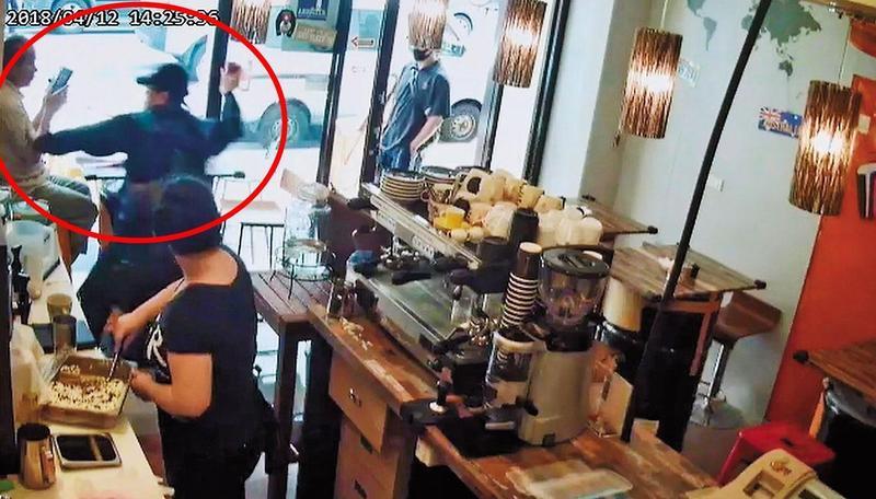 劉任昌因多次檢舉論文而四處結仇,上月在校外咖啡廳遭黑衣人攻擊(紅圈處)。(翻攝畫面)