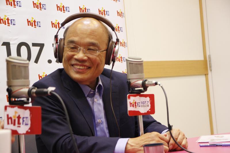 蘇貞昌15日接受電台節目《蔻蔻早餐》專訪。(Hit Fm《蔻蔻早餐》製作單位提供)