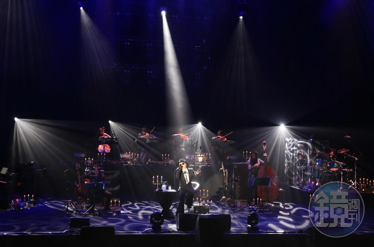 配合演唱會主題「黑彌撒」,舞台清一色黑色佈置,莊嚴肅穆。