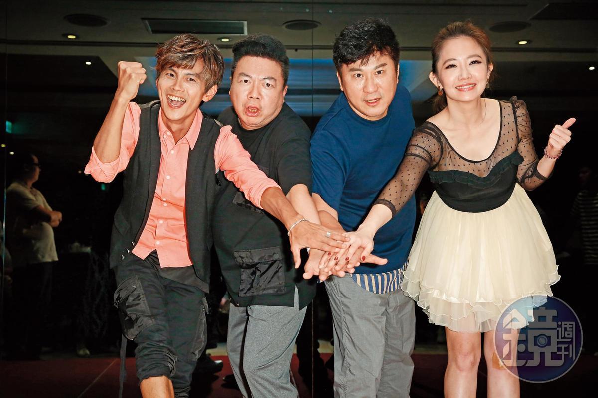 胡瓜(右2)與阿翔(左起)董至成、謝忻主持外景節目《綜藝大集合》,深受觀眾喜愛。