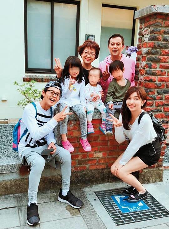 阿翔(前左)經常在臉書上曬全家福照,事實上他為了養家,經濟壓力也不小。(翻攝自陳秉立臉書)
