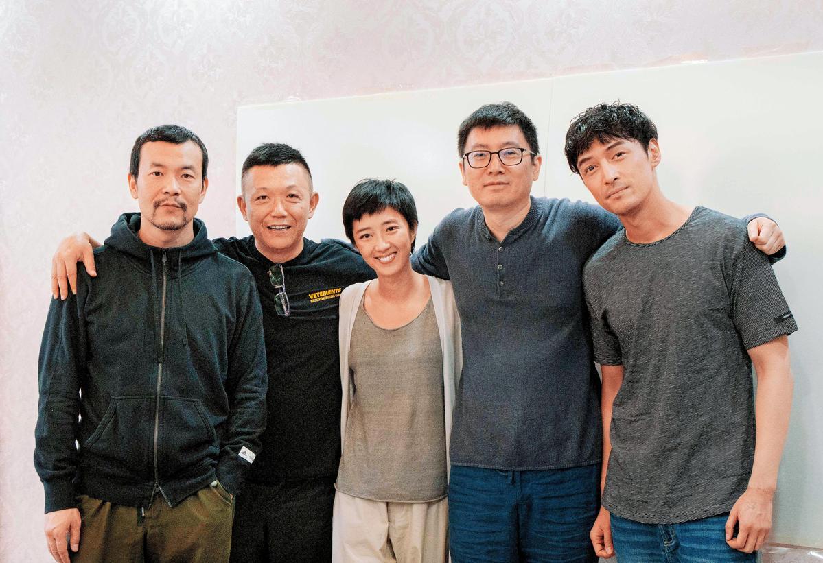 桂綸鎂(左三)電影產量不豐,近期接下刁亦男(右二)的新片《南方車站的聚會》。右一為胡歌。 (翻攝自微博)