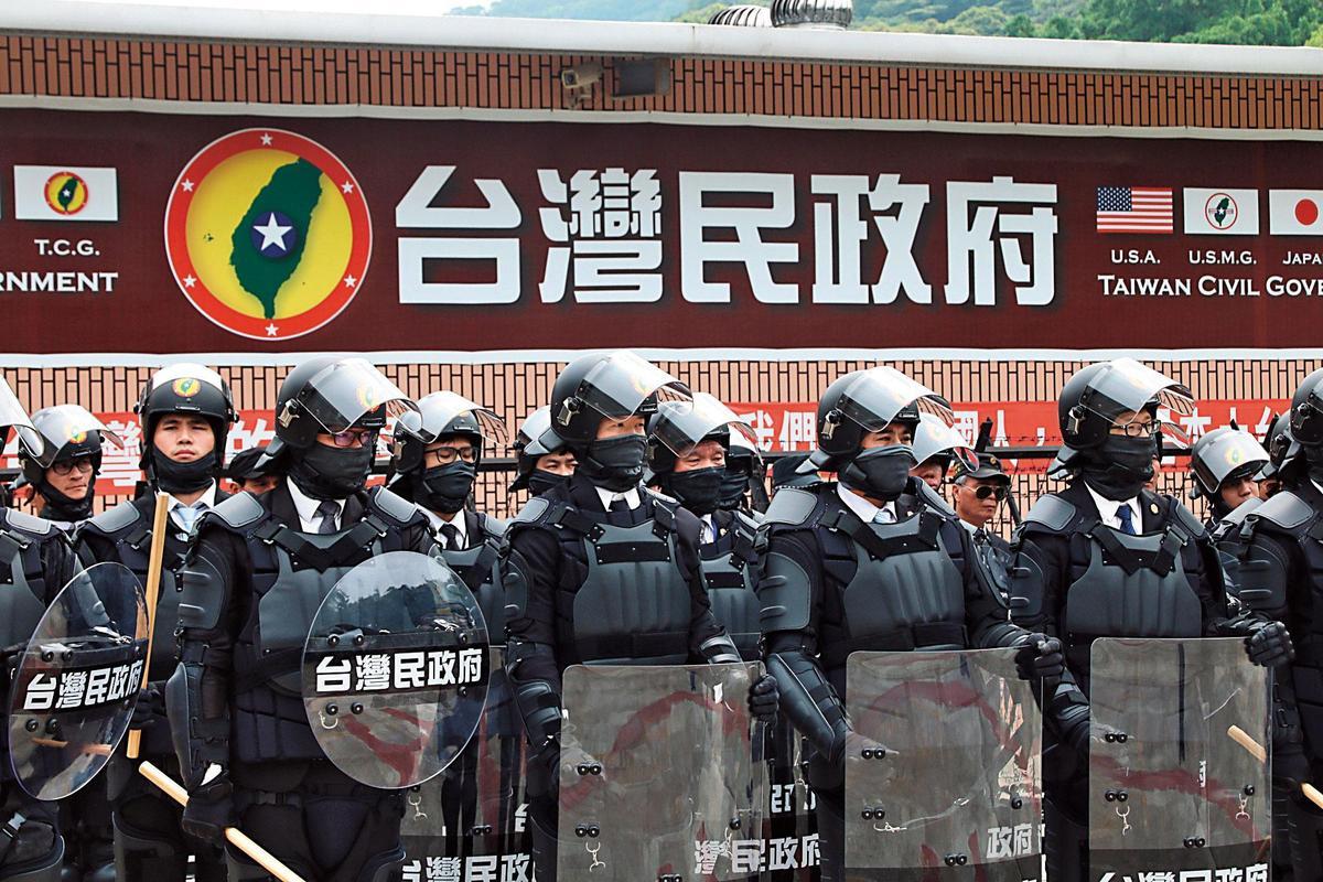 台灣民政府號稱擁有軍隊「黑熊部隊」,日前集結阻擋抗議民眾。(翻攝台灣民政府官網)