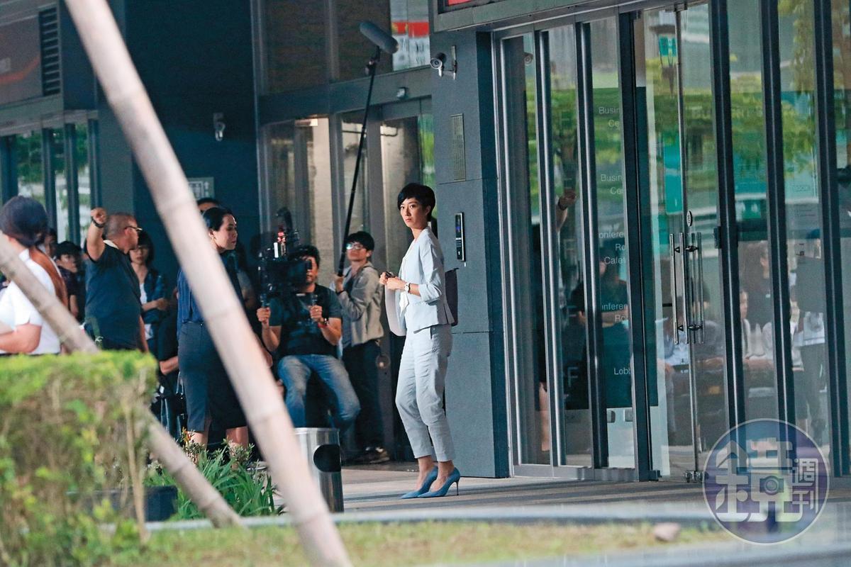 5月8日 14:50 桂綸鎂一身白色勁裝,走在台北市內湖街頭拍廣告。
