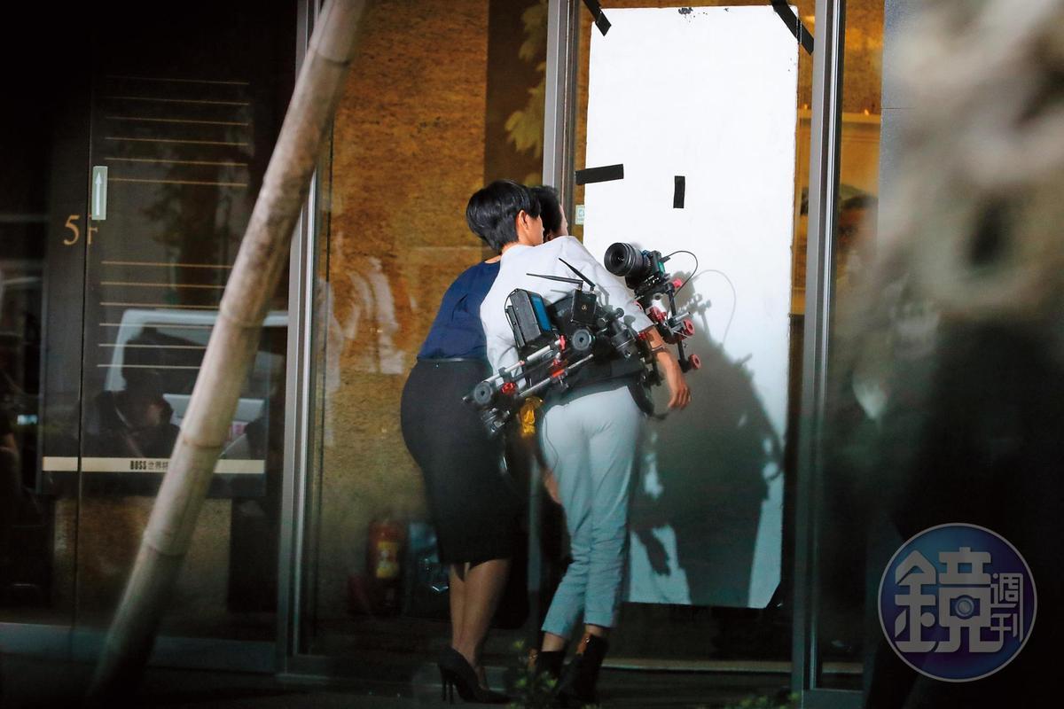 5月8日 15:15 為了呈現男友視角,桂綸鎂揹著機器拍攝。
