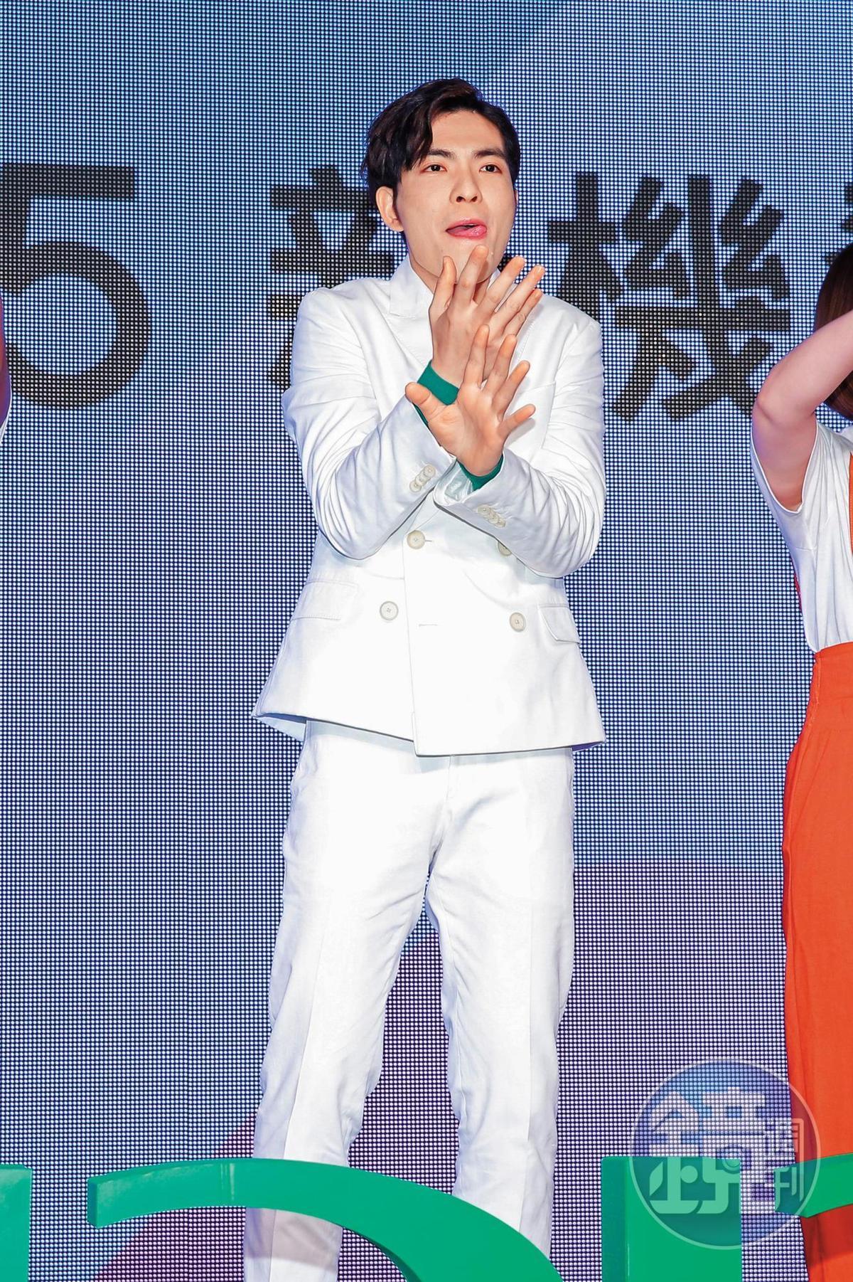 出席廠牌活動,蕭敬騰吐舌,雙手微微交叉,這個動作感覺也可嚴防走光。