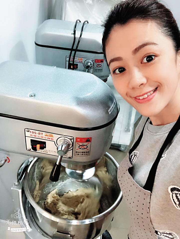 柯以柔為了在臉書賣下廚相關商品,特地去上烘焙課程。(翻攝自柯以柔臉書)