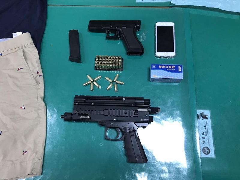 涉案之道具模型槍1把及空包彈46顆。(警方提供)
