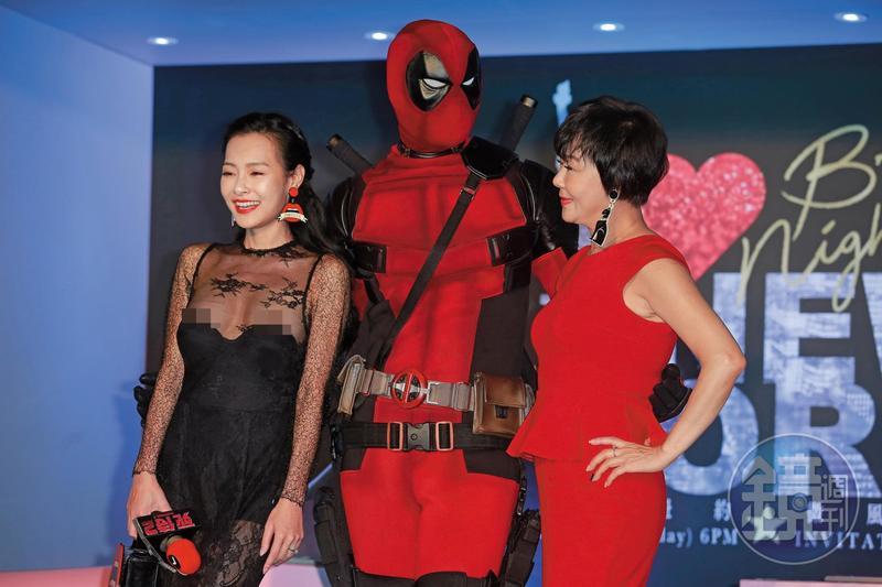 死侍下面凸凸,不看王思佳,只看著王思佳的媽媽布蘭妮,兩人一身紅也算是有搭到色!一身黑的王思佳則是一露名留台灣演藝史,跟隋棠的「出草」事件有拚。