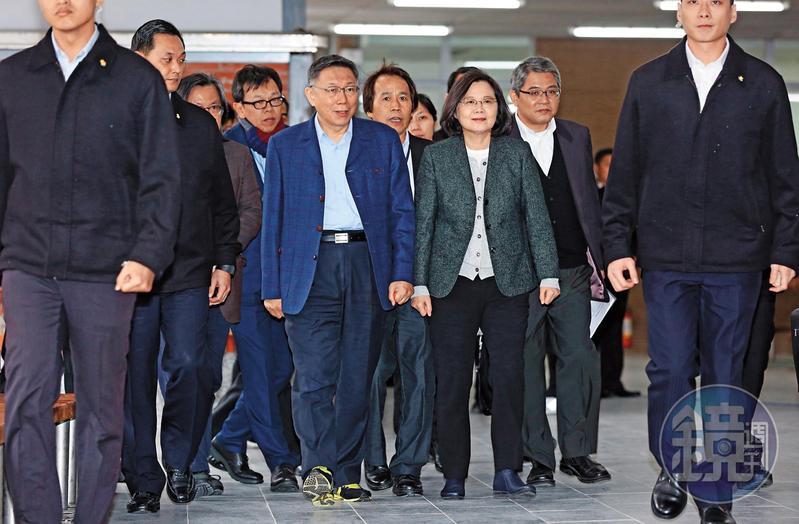 總統蔡英文今年1月拋出「台灣價值」議題,希望柯文哲能清楚說明。圖為柯、蔡視察北市健康公宅。