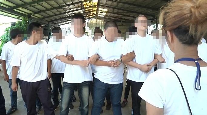 債務人王男拒絕點交,派出上百人手拉手企圖阻擋警方進入。(翻攝畫面)