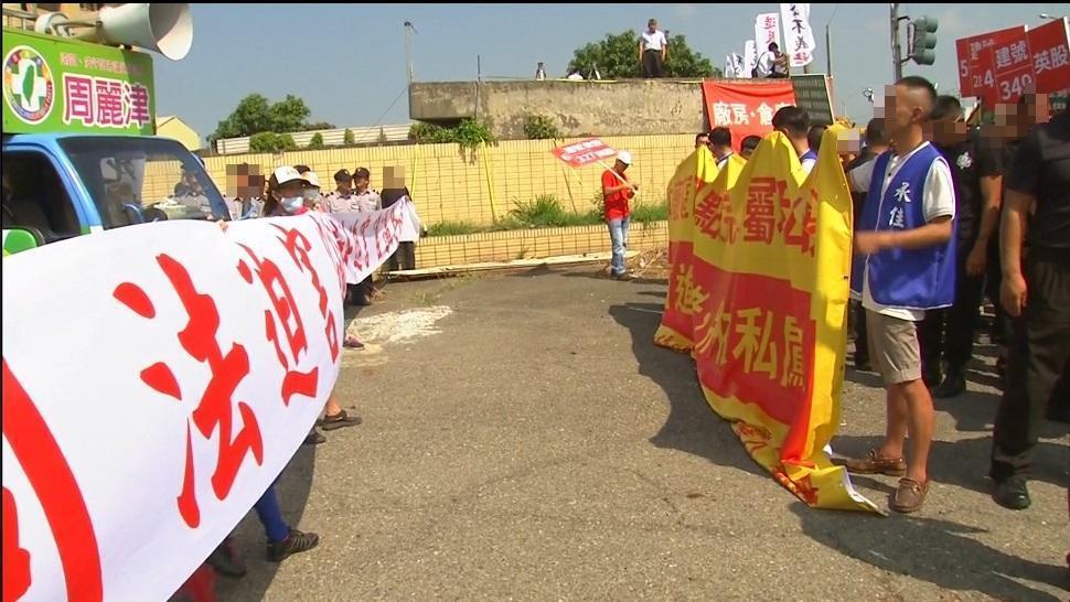 鋼鐵廠兩派人馬掛布條對嗆叫陣,點交場面火爆。(翻攝畫面)