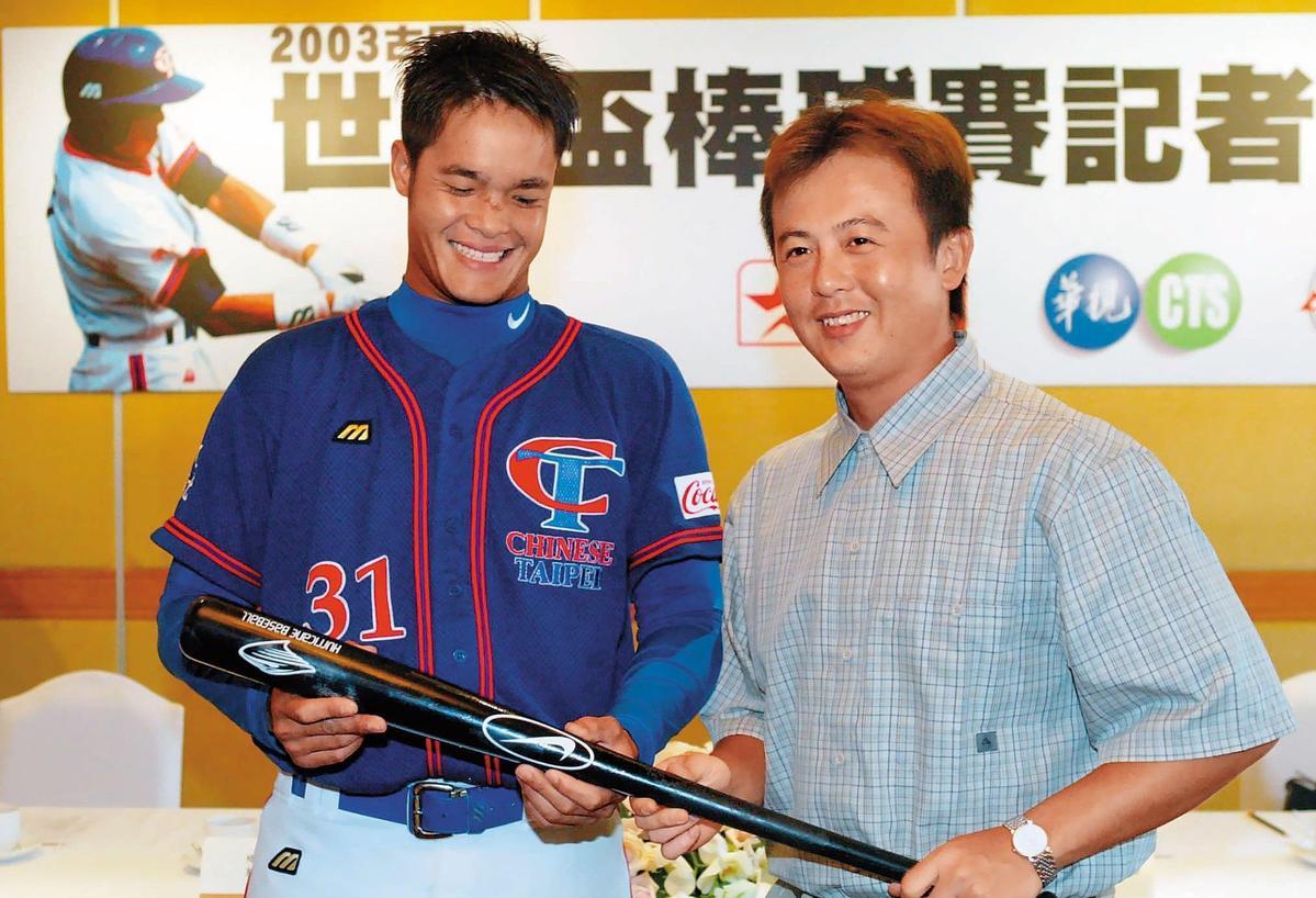 王傳家(右)一直是國手常客,2003年古巴世界盃前還特別舉辦傳承儀式,把棒子交給林智勝(左)。(聯合知識庫)
