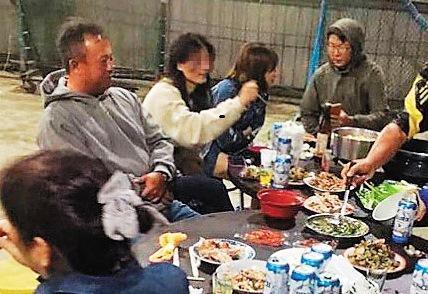 王傳家帶球隊很有一套,甚至還舉辦烤肉會聯絡球隊感情,小三也出席,讓不少學生與家長都誤以為小三就是王太太。(讀者提供)