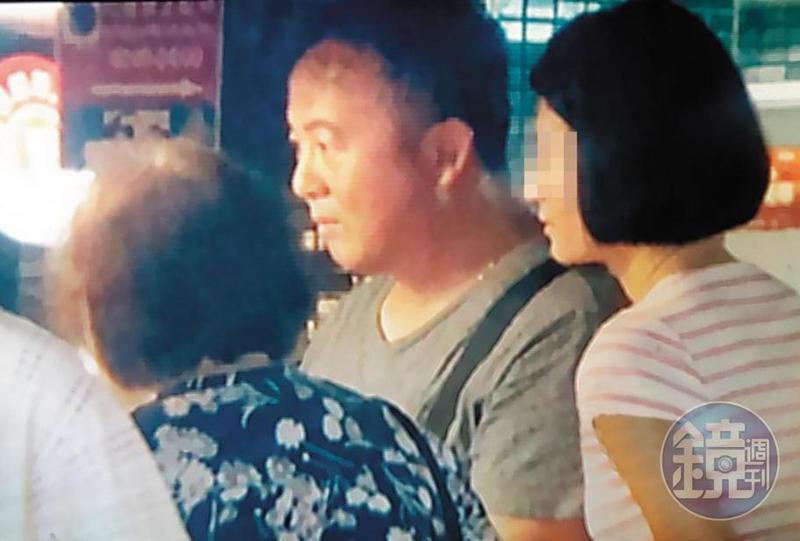 小三杜姓女子(右)不只擄獲王傳家(中)的心,連王母(左)都打點好,感情好到可以3人一起逛夜市。