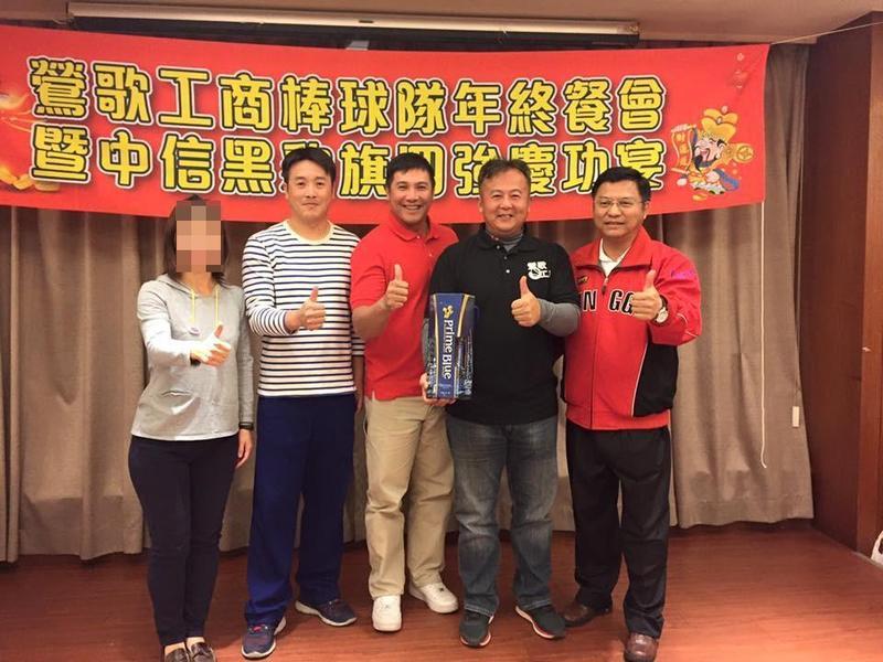 王傳家(右2)在鶯歌工商執教多年,還找來當年因涉賭遭逐出中職的前中信鯨明星球員鄭昌明(左3)加入教練團。(翻攝自鶯歌工商臉書)
