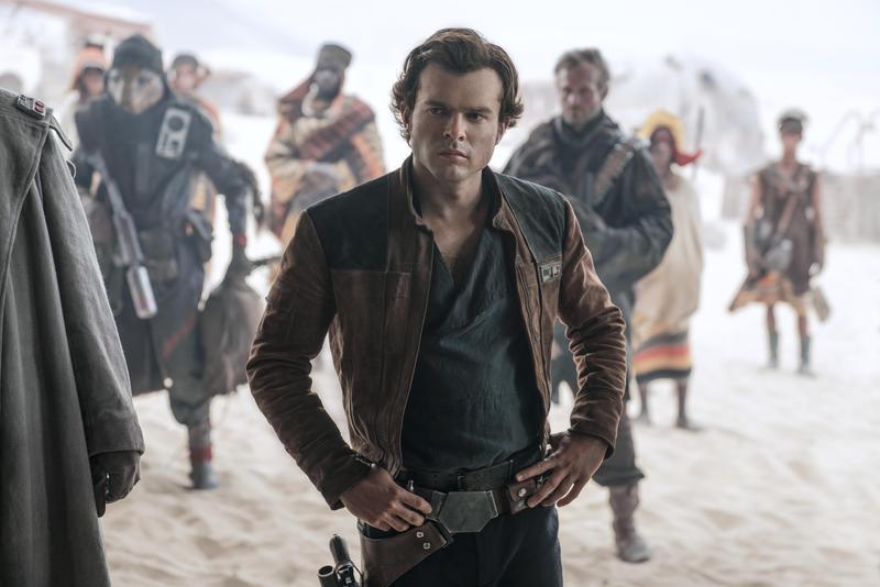 《星際大戰外傳:韓索羅》描述艾登飾演的韓索羅年輕時的冒險事蹟,及與夥伴丘巴卡相遇的過程。(迪士尼提供)