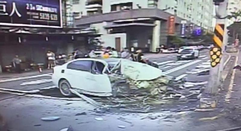 王男酒駕BMW撞分隔島,車頭全毀,駕駛一度困車內險死。 (警方提供)
