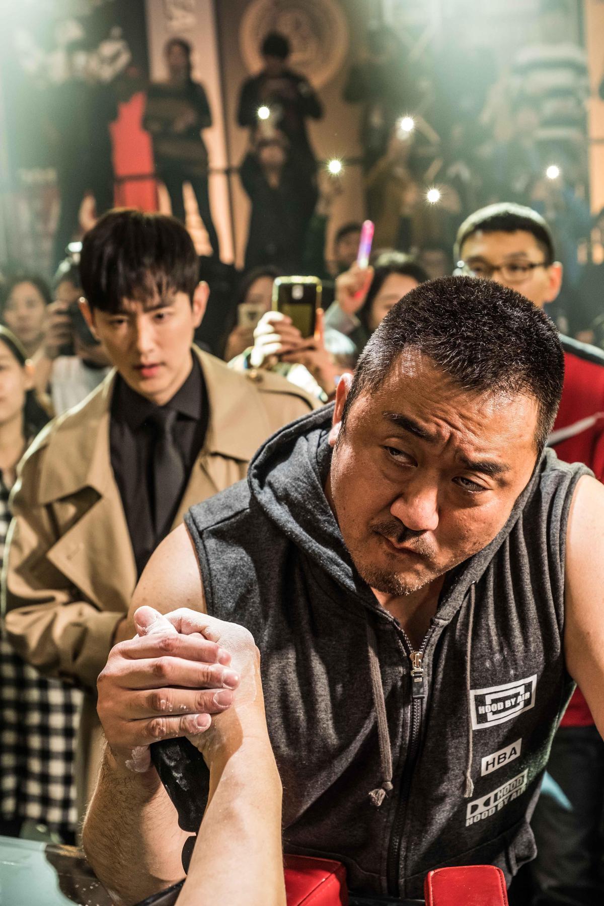 馬東石於19歲隨家人移居美國,打過許多勞力工,後來當上體型訓練師與綜合格鬥技教練,演出《冠軍大叔》讓他圓了想成為腕力電影主角的夢想。(華映電影提供)