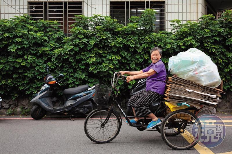劉黃玉聘有空時就做資源回收,所得捐獻做功德,她說:「我要存在天上的銀行。」