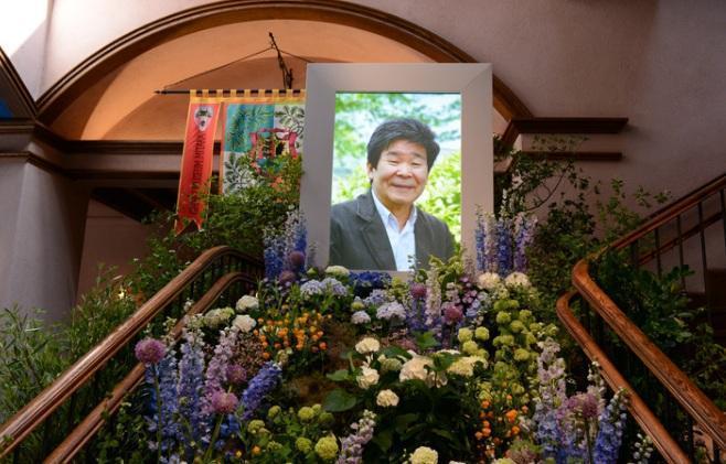 宮崎駿主辦高畑勳告別式,「用吉卜力的方式隆重地送他最後一程」,現場海報周圍佈置淡而有致的野花,紫色、白色、藍色、橘色等等色彩交錯。(圖/natalie.mu)