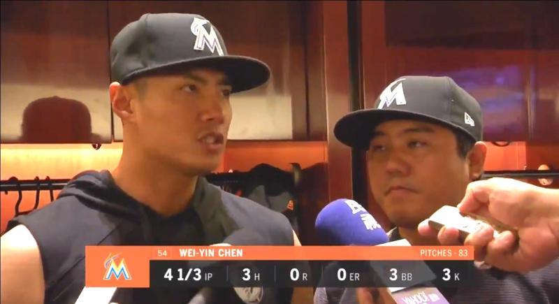 按照陳偉殷的說法,一開始他聽到教練團的意思是要他抓雙殺,但講完之後卻被換下場了。(翻攝自FoxSports畫面)